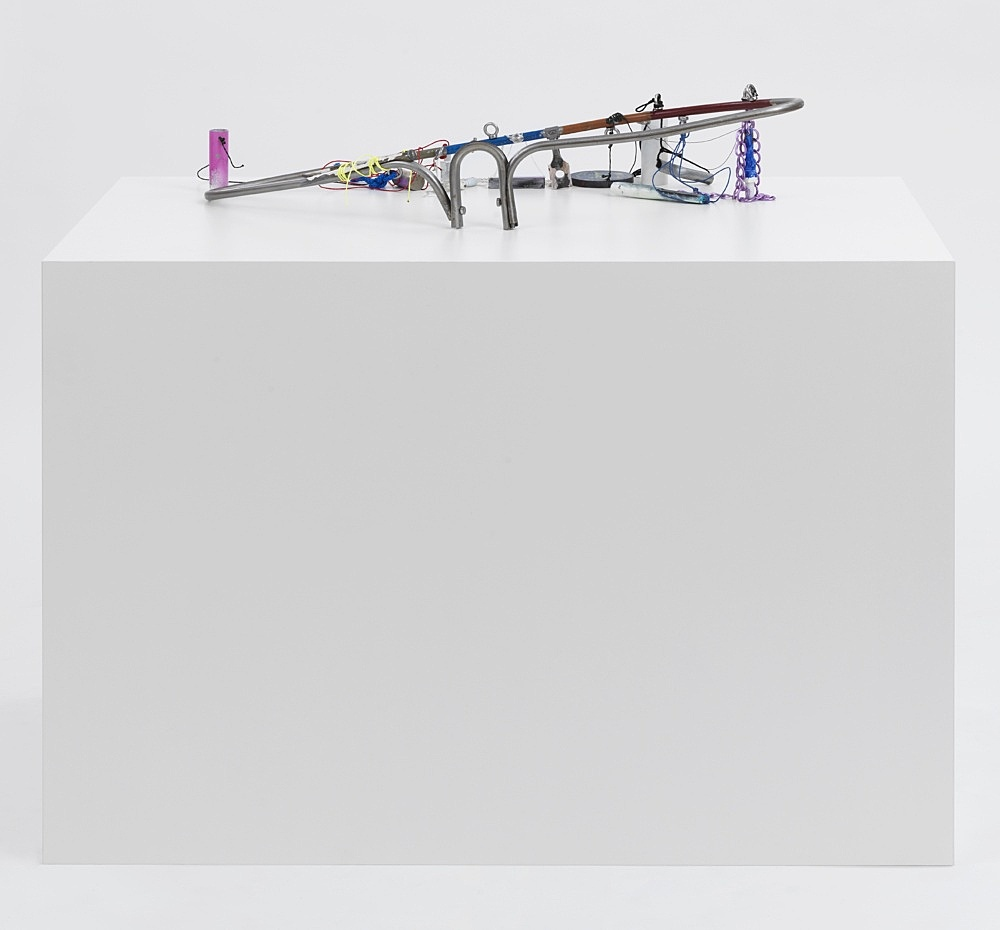 """Josef Strau – """"Weil/Bergsonian Hybrid Count"""", 2021 metal, lacquer and pencil, with ropes, on plinth 115 x 154 x 77 cm"""