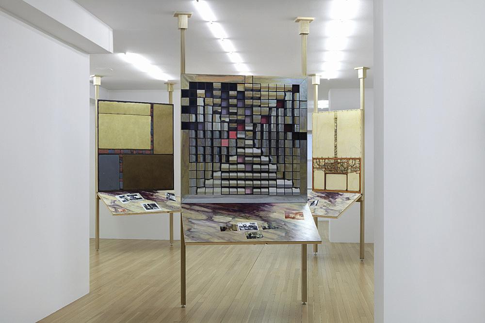 """Lucy McKenzie – """"No Motive"""" installation view Galerie Buchholz, New York 2021"""
