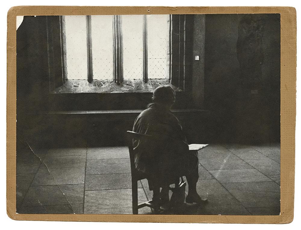 "Alvin Baltrop – Alvin Baltrop ""Seated figure at The Cloisters"", 1965 silver gelatin print on cardboard 19.8 x 26.5 cm"