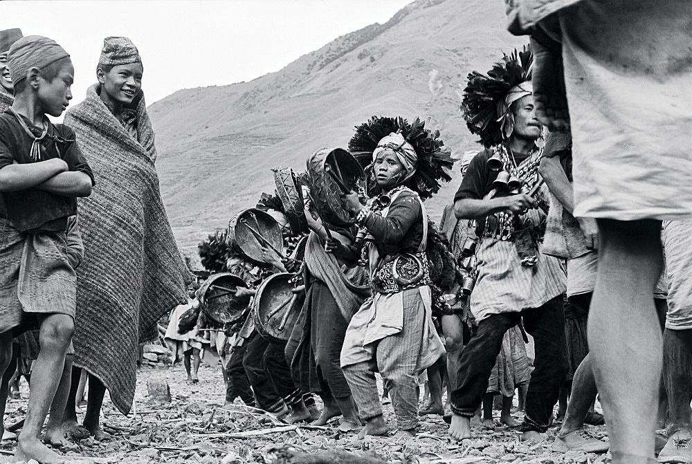 Michael Oppitz – Phalanx of shamans dancing to tree of life, 1978 silver gelatin print, 2021 28 x 42 cm