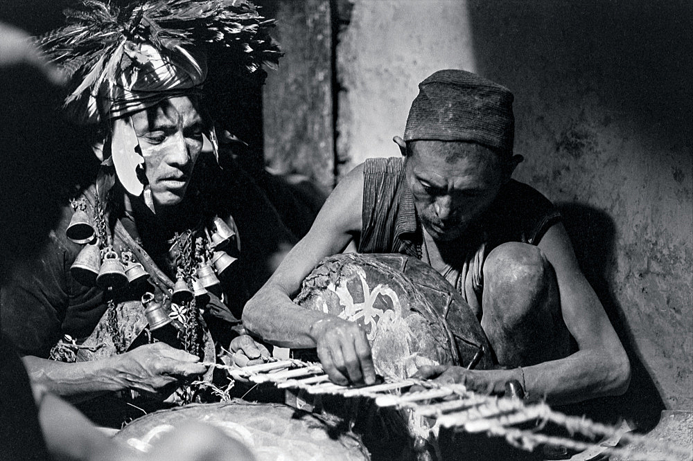 Michael Oppitz – Constructing a rope ladder against malignant spirits, 1978 silver gelatin print, 2021 28 x 42 cm