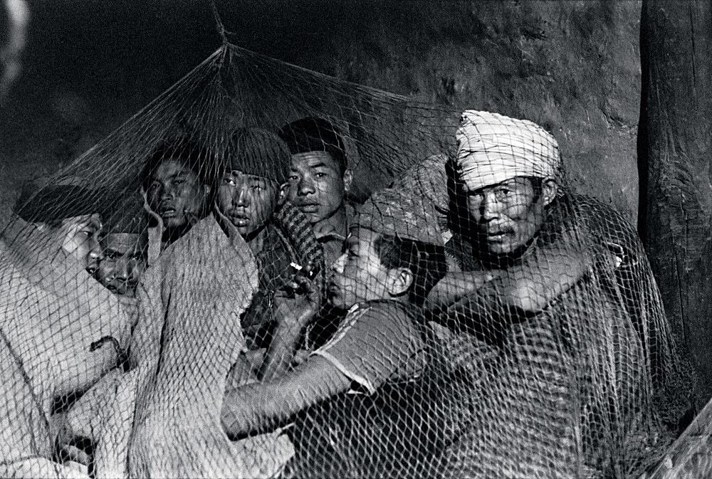 Michael Oppitz – Fishing net protecting clan-members against spirit attack, 1978 silver gelatin print, 2021 40 x 60 cm