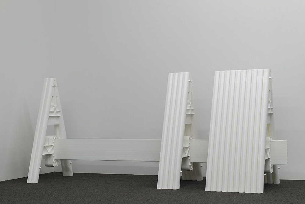 Cady Noland – Untitled, 2021 plastic barricade  Courtesy Cady Noland and Galerie Buchholz